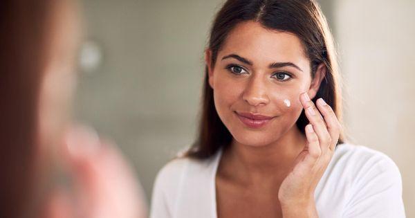 -prevenir-l-apparition-points-noirs-crème-hydratante-visage-femme